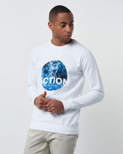 Till killar från Knowledge Cotton Apparel, en vit sweatshirts.