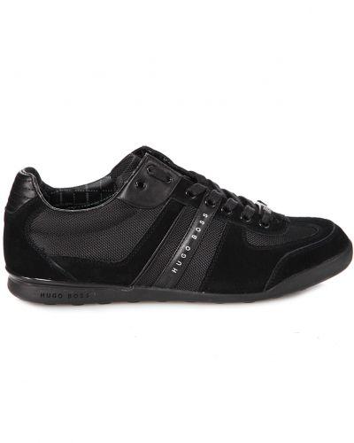 Till herr från Hugo Boss, en svart sneakers.