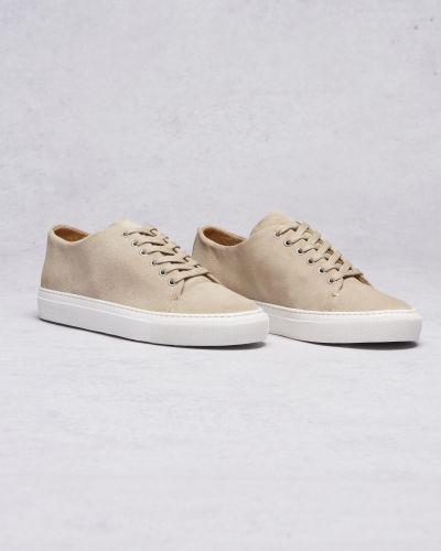 Till herr från Les Deux, en vit sneakers.