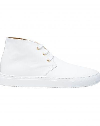 Till herr från Sandays, en vit höga sneakers.