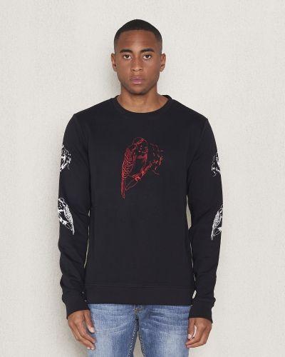 Till killar från WeSC, en svart sweatshirts.