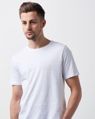 Till herr från William Baxter, en vit t-shirts.