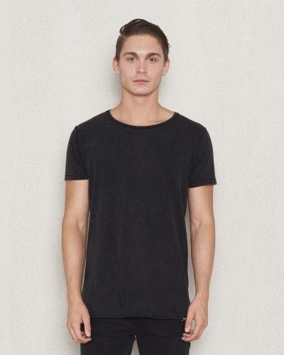 Till herr från William Baxter, en svart t-shirts.