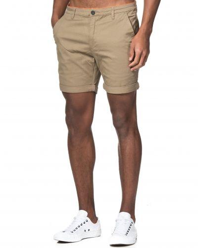 Till herr från Mouli, en beige shorts.
