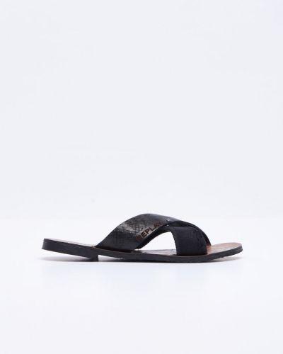 Till herr från Replay, en svart sandal.