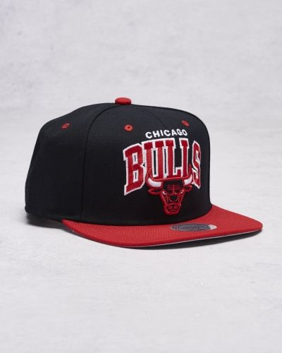 Keps Team Arch Snapback Chicago Bulls Black/Red från Mitchell & Ness