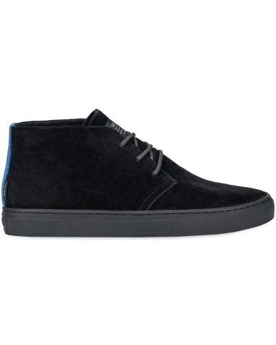 Till herr från WeSC, en svart höga sneakers.