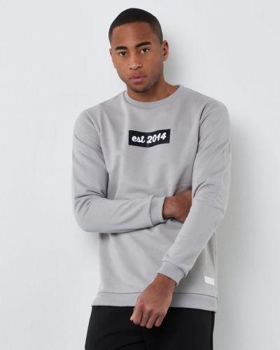 Till killar från Blench, en grå sweatshirts.