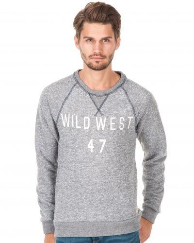 Till killar från Wrangler, en lila sweatshirts.