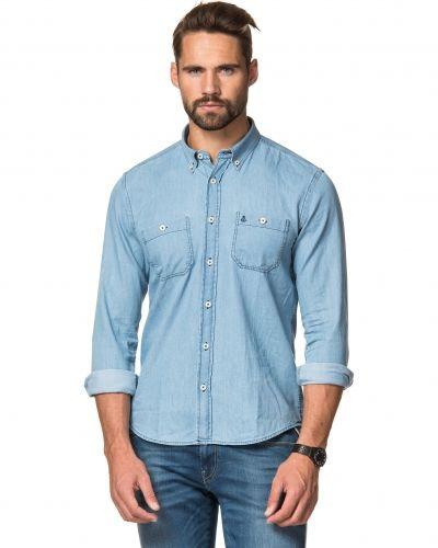 Till herr från Clay Cooper, en blå jeansskjorta.
