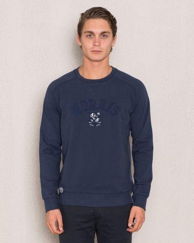 Till killar från Morris, en blå sweatshirts.