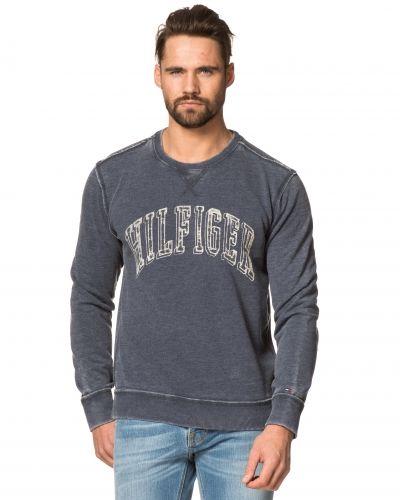 Till killar från Hilfiger Denim, en svart sweatshirts.