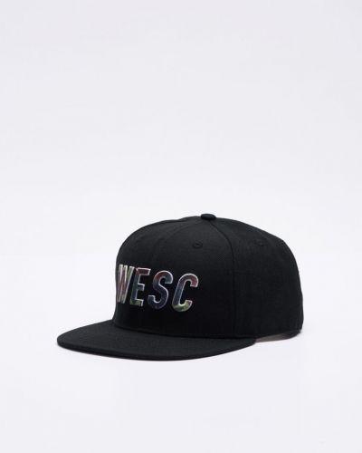 Till unisex/Ospec. från WeSC, en svart keps.