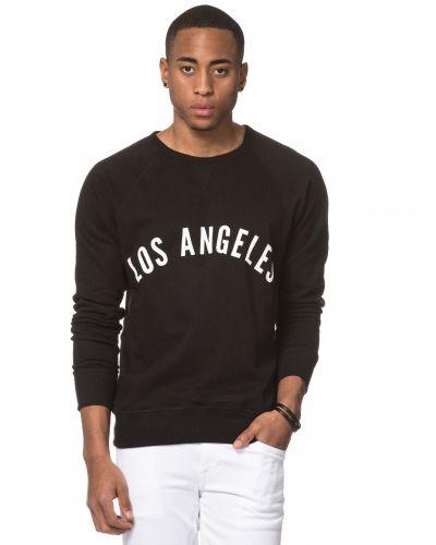 Till killar från Speechless, en svart sweatshirts.