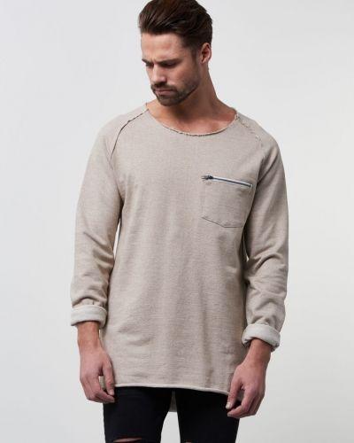 Till killar från Adrian Hammond, en beige sweatshirts.