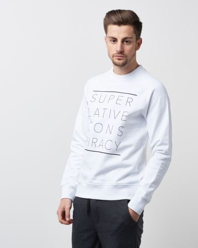Till killar från WeSC, en vit sweatshirts.