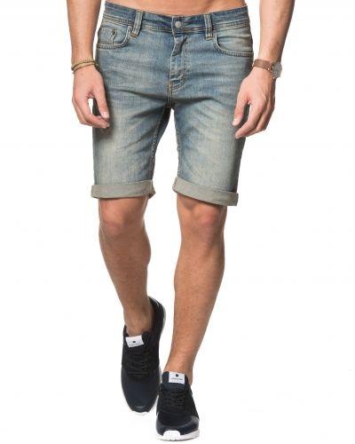 Till killar från Just Junkies, en blå jeansshorts.