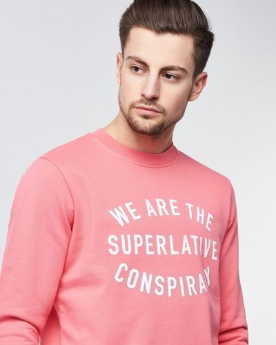 Till killar från WeSC, en rosa sweatshirts.