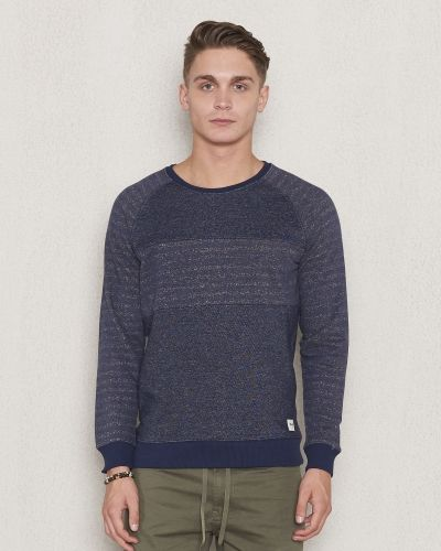 Till killar från Wrangler, en flerfärgad sweatshirts.