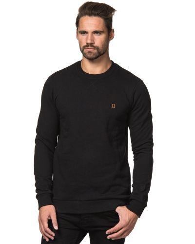 Till killar från Les Deux, en svart sweatshirts.