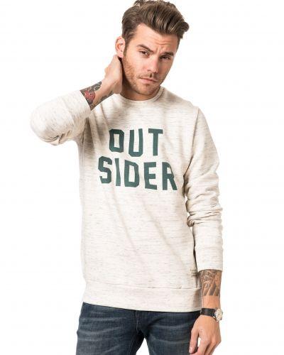 Till killar från Revolution, en vit sweatshirts.