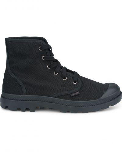 Till herr från Palladium, en svart höga sneakers.