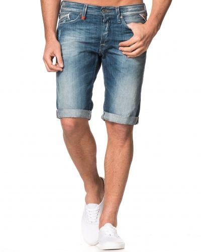 Till killar från Replay, en jeansshorts.