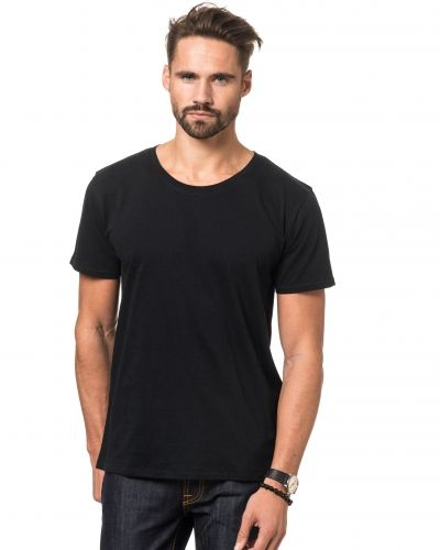 Till herr från Nudie, en svart t-shirts.
