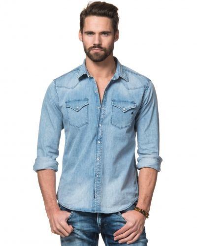 cf49cea3537a Till herr från Replay, en blå jeansskjorta.