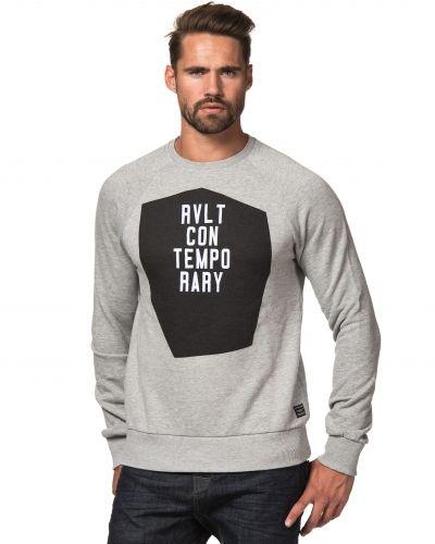 Till killar från Revolution, en grå sweatshirts.