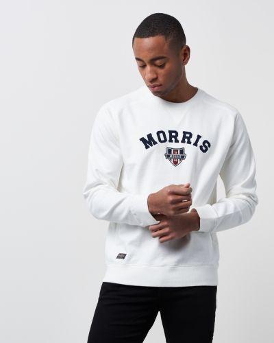 Till killar från Morris, en vit sweatshirts.