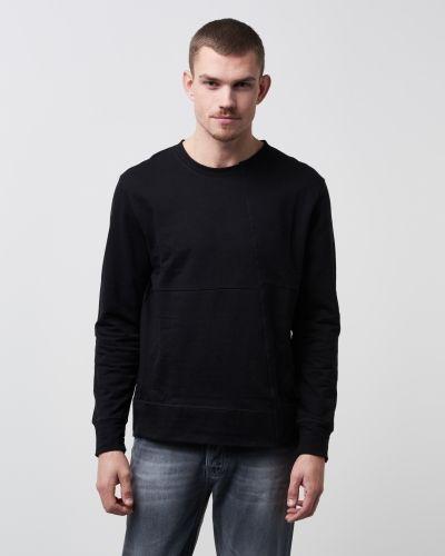 Till killar från Nudie Jeans, en svart sweatshirts.