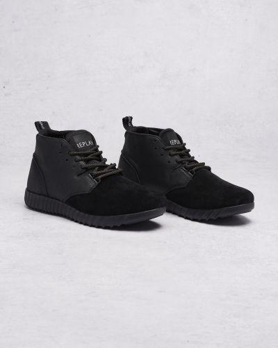 Till herr från Replay, en svart höga sneakers.