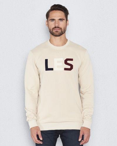 Till killar från Les Deux, en naturfärgad sweatshirts.