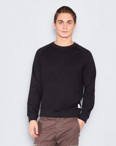 Till killar från Resteröds, en svart sweatshirts.
