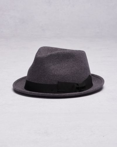 Till herr från Wigéns, en grå hatt.
