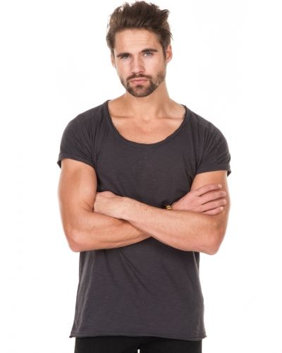 Till herr från William Baxter, en grå t-shirts.