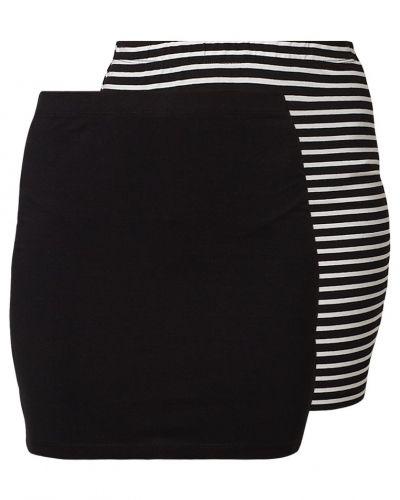 Till kvinna från Zalando Essentials, en svart minikjol.