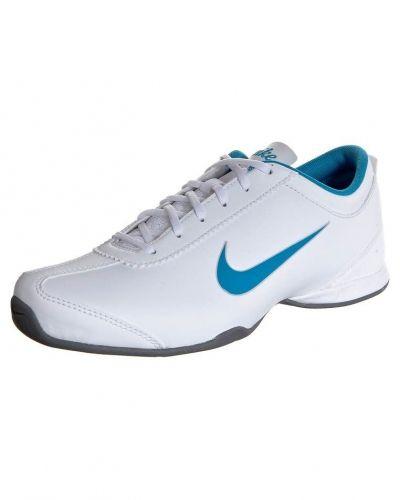 Nike Performance AIR MUSIO Aerobics & gympaskor Vitt från Nike Performance, Träningsskor