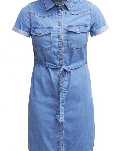 Till tjejer från New Look, en jeansklänning.