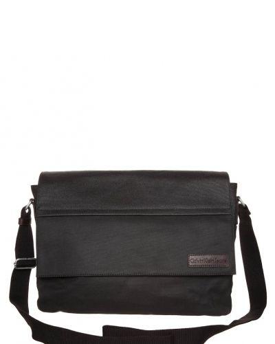 Calvin Klein Jeans Axelremsväska. Väskorna håller hög kvalitet.
