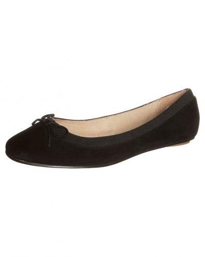 Till dam från Buffalo, en svart ballerinasko.