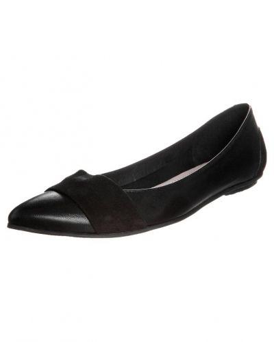 Till dam från Taupage, en svart ballerinasko.