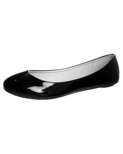 Till dam från Even&Odd, en svart ballerinasko.