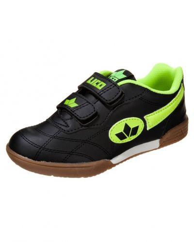 Till kille från Lico, en svart sneakers.