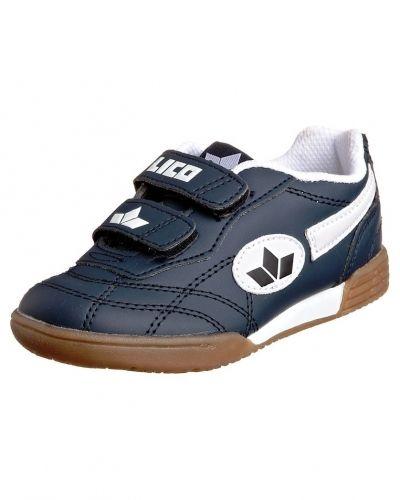 Till kille från Lico, en blå sneakers.