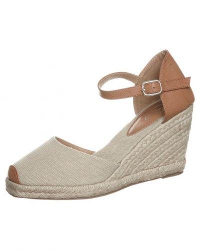 Beige sandaletter med kilklack från Cassis côte d'azur till dam.