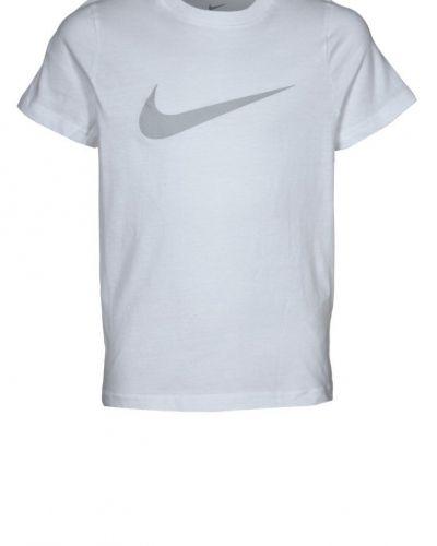 Nike Performance BIG SWOOSH Tshirt med tryck Vitt från Nike Performance, Kortärmade träningströjor
