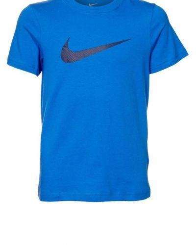 Nike Performance BIG SWOOSH Tshirt med tryck Blått från Nike Performance, Kortärmade träningströjor