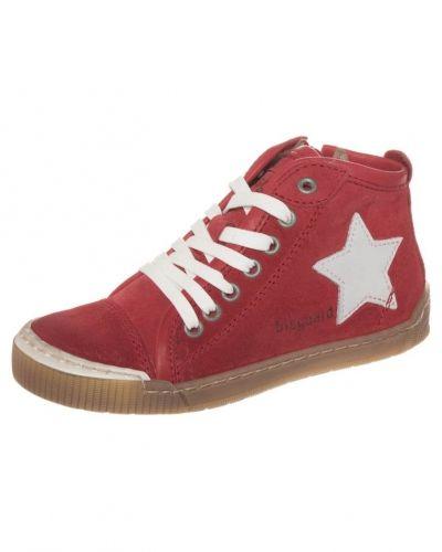 Till barn från Bisgaard, en röd höga sneakers.